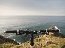 Manubri della bicicletta e un paesaggio litoraneo fotografia stock libera da diritti