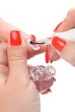 Manucure, appliquant l'émail clair Photos stock