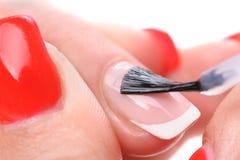 Manucure, appliquant l'émail clair Image libre de droits