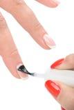 Manucure, appliquant l'émail clair Photos libres de droits