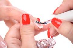 Manucure, appliquant l'émail clair Photo libre de droits