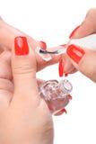 Manucure, appliquant l'émail clair Image stock