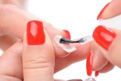 Manucure, appliquant l'émail clair Photographie stock