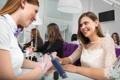 Manucure au travail dans le salon de beauté Soin de main photos libres de droits