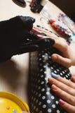 Manucure bleue de femme et rose fabriquée à la main point par point Images stock