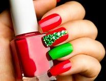 Manucure d'art d'ongle de vacances de Noël photos libres de droits