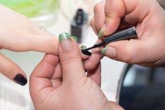 Manucure dans le salon de beauté Photographie stock libre de droits