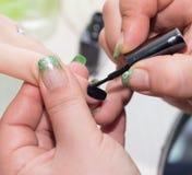 Manucure dans le salon de beauté Photo libre de droits