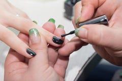 Manucure dans le salon de beauté Images libres de droits