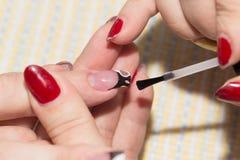 Manucure dans le salon de beauté Photo stock