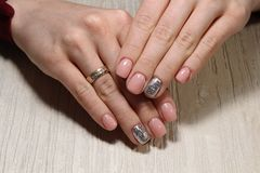 manucure de mode des ongles photographie stock libre de droits