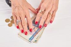 Manucure et billets de banque rouges de la Birmanie Photos libres de droits