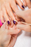 Manucure faisant dans le salon de station thermale de beauté Image stock