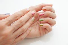 Manucure moderne multicolore, conception d'ongle Humeur d'été, sur le fond blanc photos libres de droits