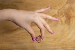 Manucure sensible à la mode de ressort Mains femelles avec la conception de clou photos libres de droits
