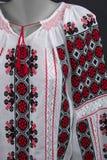 Manueel geborduurde traditionele Roemeense blouse - d.w.z. romaneasca stock foto's