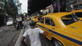 Manueel getrokken riksja's in Kolkata (Calcutta), India stock footage