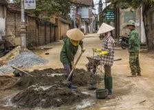 Manueel het veranderen van zand, water en cement in mortier Stock Foto's