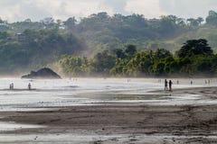 MANUEL ANTONIO, ΚΌΣΤΑ ΡΊΚΑ - 13 ΜΑΐΟΥ 2016: Άνθρωποι σε μια παραλία στο χωριό του Manuel Antonio, πλευρά Ri στοκ εικόνα