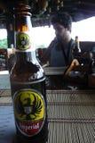Manuel Antonio, Costa Rica - augusto, 28, 2010: Turista che beve una lager imperiale Fotografie Stock