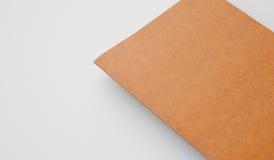 Manuel avec la couverture en cuir sur le fond clair Couleur d'or 3d rendent Photographie stock libre de droits