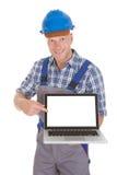 Manuell arbetare som visar bärbara datorn Arkivfoton