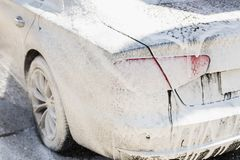 Manuell biltvätt Lyxigt medel för tvagning med vitt skummande tvättmedel Service för billokalvårdsjälv royaltyfria bilder