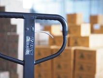 Manuell gaffeltruckpalett med asken i ett stort lager i lager Royaltyfri Foto