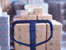 Manuell gaffeltruckpalett med asken i ett stort lager i lager Arkivfoton