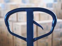 Manuell gaffeltruckpalett med asken i ett stort lager i lager Royaltyfri Fotografi