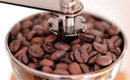 Manuell kaffekvarn med espressobönor Slut som skjutas upp Makro Royaltyfria Foton