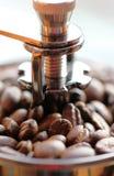 Manuell kaffekvarn med espressobönor Slut som skjutas upp Makro Arkivfoto