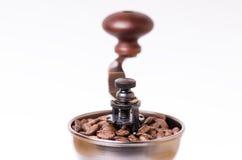 Manuell kaffekvarn med kaffebönor isolerat Vit bakgrund Modernt utforma grillat bönakaffe arkivbilder