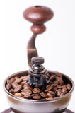 Manuell kaffekvarn med kaffebönor isolerat Vit bakgrund Modernt utforma grillat bönakaffe royaltyfria bilder
