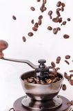 Manuell kaffekvarn med kaffebönor isolerat Vit bakgrund Modernt utforma grillat bönakaffe Svävningkaffebönor royaltyfri bild