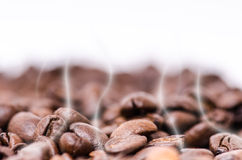 Manuell kaffekvarn med kaffebönor isolerat Vit bakgrund Modernt utforma grillat bönakaffe Svävningkaffebönor Fotografering för Bildbyråer