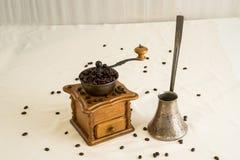 Manuell kaffekvarn och cezve (ibrik) Arkivbild