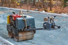 Manuell kompakt asfaltrulle för tamping jord på en konstruktionsplats royaltyfri foto