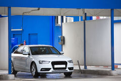 Manuell lokalvård för biltvagning med skum och pressat vatten royaltyfria bilder