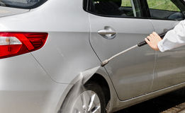 Manuell lokalvård för biltvagning med skum och pressat vatten på ser royaltyfri bild