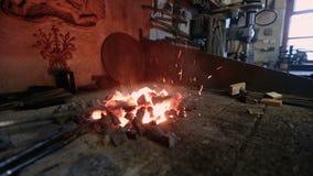 Manuell Metalworking som blacksmithing arkivfilmer