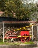 Manuell pump för gammal tappning av brandkåren i Kroatien royaltyfria bilder
