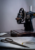 Manuell symaskin för klassisk retro stil som är klar för arbete Är gammalt som göras av metall med blom- modeller Fotografering för Bildbyråer