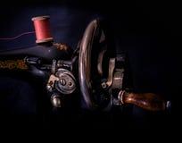 Manuell symaskin för klassisk retro stil som är klar för arbete Är gammalt som göras av metall med blom- modeller Arkivbild