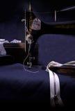 Manuell symaskin för klassisk retro stil som är klar för arbete Är gammalt som göras av metall med blom- modeller Arkivfoton