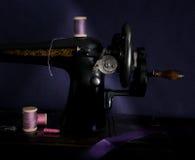 Manuell symaskin för klassisk retro stil som är klar för arbete Är gammalt som göras av metall med blom- modeller Royaltyfri Foto