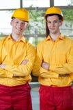 Manuella arbetare som står med korsade armar Royaltyfria Bilder