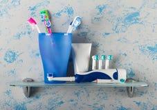 Manuella borstar av olika färger i exponeringsglas och elkraft royaltyfri foto