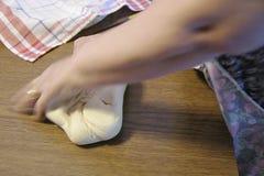 Manuelle Bearbeitung von traditionellen Teigwaren stock footage