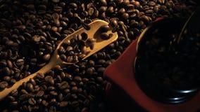 Manuelle Kaffeemühle der Draufsichtweinlese mit Bohnen Hand gießt Kaffeebohnen mit einem hölzernen Löffel stock video footage